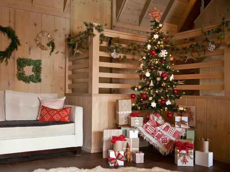 Aby menší stromek působil větším dojmeme, dejte ho na podstavec, nebo na stolek.