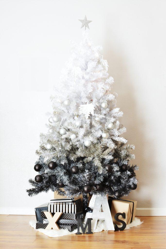 Nevšední je bezpochyby také stromek s prolnutou barvou. Od bílé po černou. A jak je vidět, černé ozdoby nemusejí působit smutečně, ale naopak noblesně.