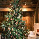 Do stylového interiéru stromek ve stejném duchu. Hnědé ozdoby budou ladit s dřevem a dekoraci dozdobte perníky.