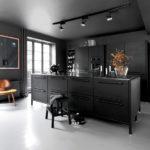 K tmavé kuchyni rozhodně světlou podlahu.