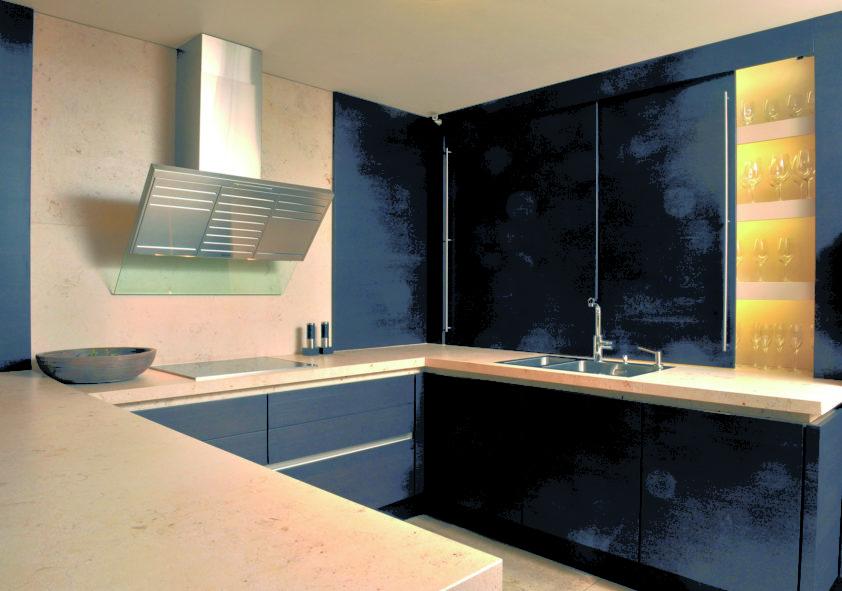 Černá kuchyně doplněná mramorovou deskou.