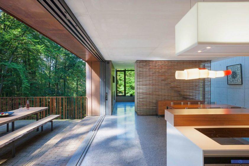Architekt kladl důraz na maximální propojení interiéru s exteriérem. Foto: Laurent Brandajs
