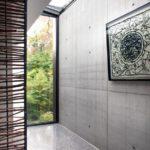 Pohledový beton je v interiéru kombinován s přírodními materiály. Foto: Jasmine van Hevel