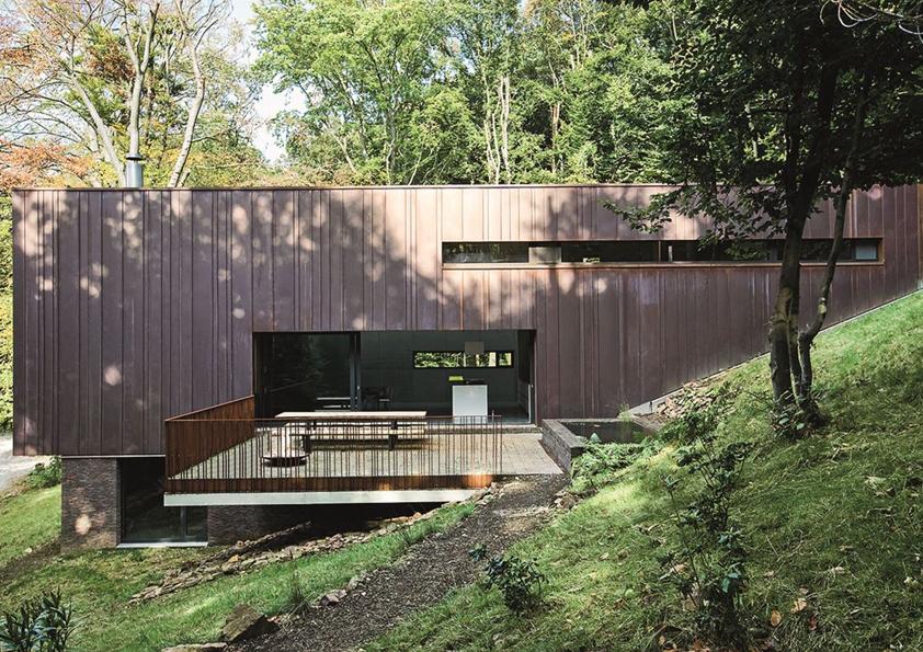 Rodinný dům navrhl architekt Eric Grondal pro svou pětičlennou rodinu. Nachází se v lesíku v belgickém městě Tilff. Foto: Schüco