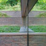 Díky správně koncipovanému rozmístění prosklených fasádních jednotek, oken, posuvných dveří a střešního zasklení je v průběhu celého dne zajištěn naprosto optimální dopad světla do všech užitných zón, což vede k minimálnímu využití umělého osvětlení. Foto: Laurent Brandajs