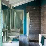 Koupelna se nese v duchu kombinace zemitých tónů oživených modro-zeleným odstínem.