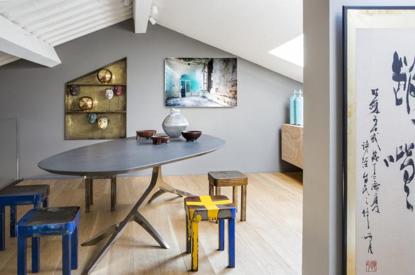 Jídelně vévodí nepřehlédnutelný stůl s podnoží připomínající strom. K němu majitelé přidali jen obyčejné stoličky.