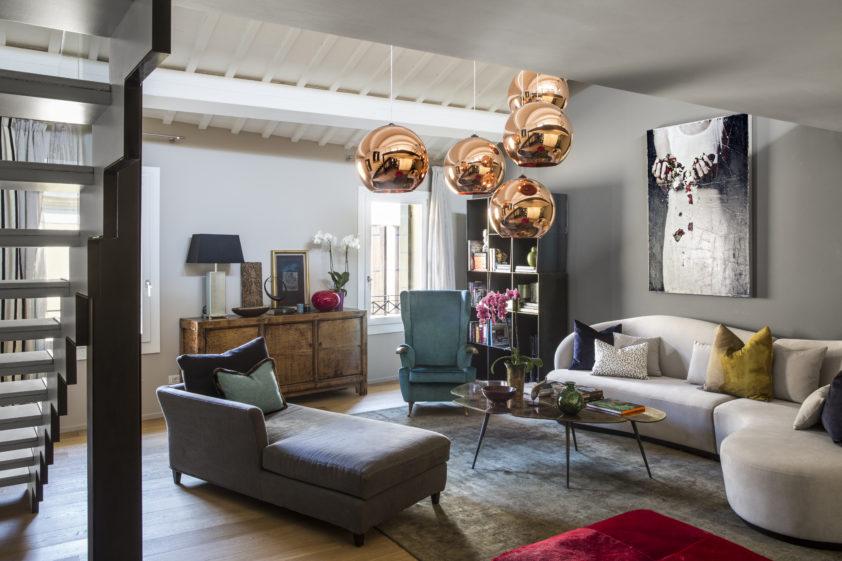 V obývacím pokoji jsou hned tři různé typy sezení, které zdánlivě k sobě neladí. Opak je ale pravdou.