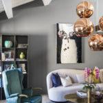 Kvůli šikmému stropu tu hlavní osvětlení tvoří závěsné lampy, u kterých je možné měnit délku závěsu.