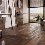 Ve velkých koupelnách vyniknou i zajímavé vzory z dřevěných parket.