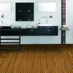 Na podlahu ze dřeva v koupelně jsou nejvhodnější exotické dřeviny.