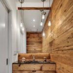 Do úzkých koupelen zvolte světlé dřevo. Do venkovských stavení se hodí dřevo se suky.