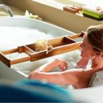 Půvab přinášejí do koupelny i maličkosti, jako jsou dřevěné doplňky.