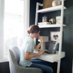 Jednou z možností je stěna, jejíž součástí je i pracovní stolek.