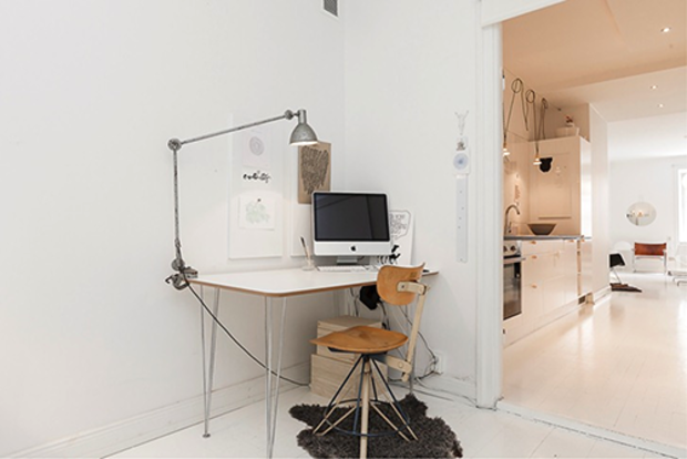 Není-li místnost výrazně používaná, pak nevadí, když je stůl hned u dveří. V opačném případě se pracující nebude řádně soustředit.