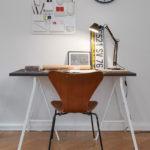 Obyčejný stolek doplňte zajímavou židlí a úložným prvkem. Zde je klasika od firmy Vitra.