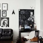 Díky barevnému pojetí je stolek příjemně zakomponován do koncepce obývacího pokoje.