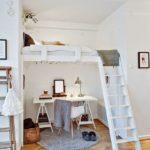 Tam, kde jsou vysoké stropy, se samo nabízí vytvořit pracovnu pod lůžkem.
