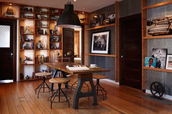 K lampě ladí jak podnoží stolu a židlí, tak i obkladu stěn.