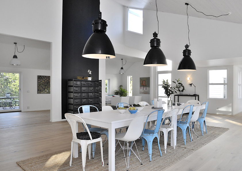 Moderní interiér s industriálními prvky.