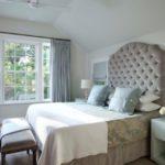 Čelo postele může zasahovat až ke stropu.