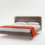Čelo postele Lipp je po stranách zaoblené směrem ke spáčům. Zvyšuje se tak pocit bezpečí při spánku.