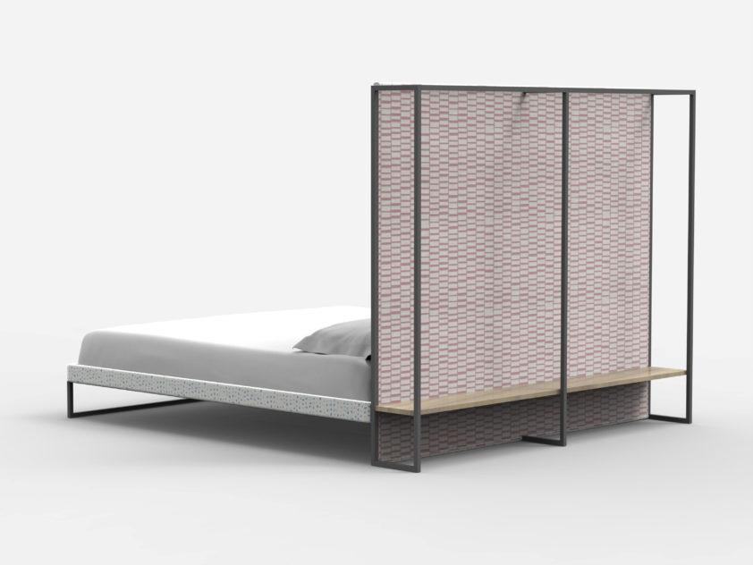 Čelo postele Twils je využito i z druhé strany. rám slouží pro věšení ramínek s oblečením.
