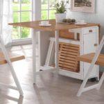 Některé sestavy jsou přizpůsobené i pro úschovu skládacích židlí.