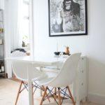 Součástí sklopného stolku může být i úzký úložný prostor.