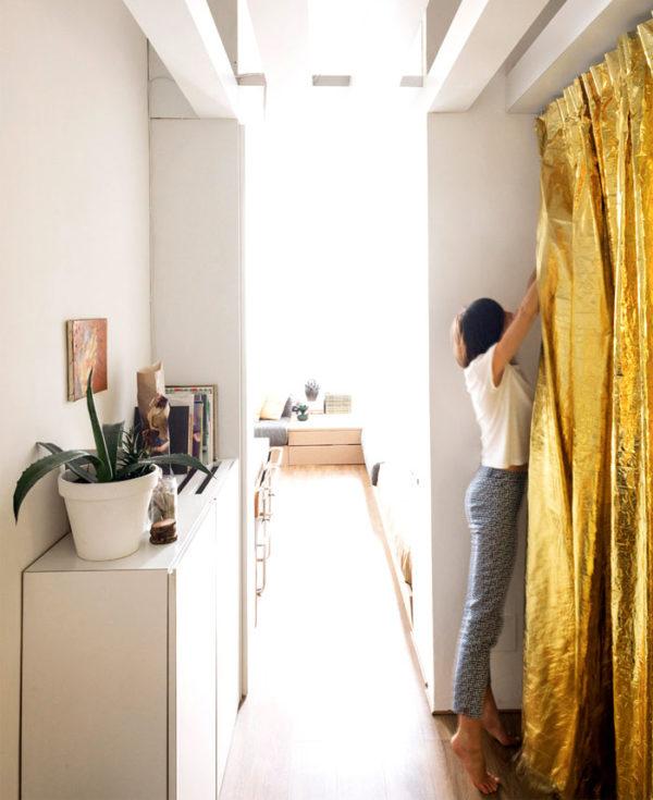 Metalické barvy oživí jinak neutrální pojetí interiéru.
