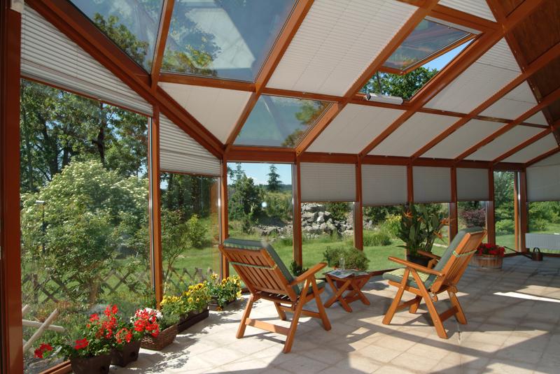 Zimní zahrada se střešním odvětráváním pomocí okenního ventilačního křídla ovládaného řetězovým pohonem.