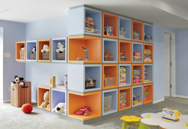 Jsou-li úložné díly až ke stropu, vystavujeme se nebezpečí, že dítě poleze nahoru.