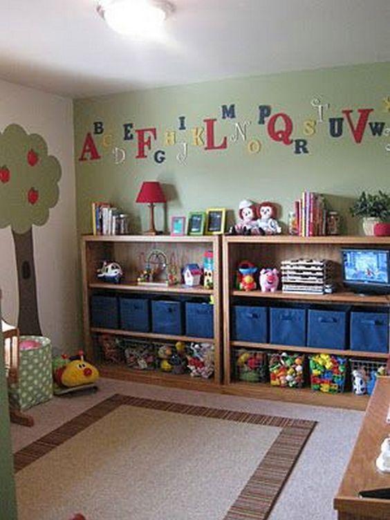 Díky prostorné polici s množstvím boxů získá dítě velký prostor ke hraní na zemi.