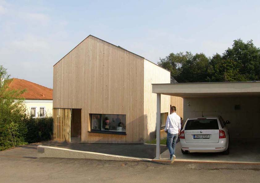S ohledem na charakter zástavby je za určitých podmínek možno umístit až na hranici pozemku rodinný dům, garáž a další stavby a zařízení související s užíváním rodinného domu.