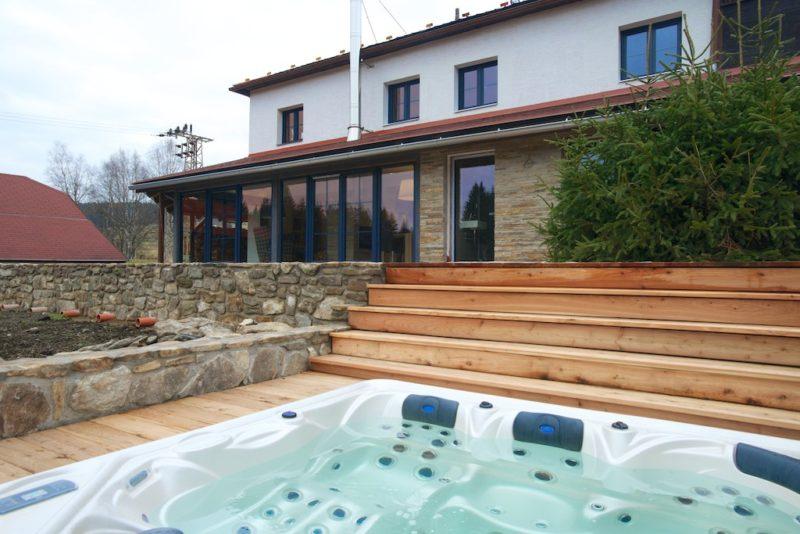Dům slouží pro odpočinek, proto tu nechybí prostorné masážní SPA.