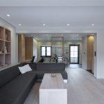 Díky skleněné příčce mezi hlavním prostorem a halou působí místnost prostorněji.