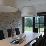 Dům slouží i pro větší počet obyvatel, proto tu nechybí pořádně velký jídelní stůl.