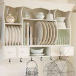 Klasický prvek do venkovské kuchyně. Nádobí zároveň tvoří dekoraci místnosti.