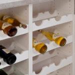 I láhve vína se ukládají do otevřených polic.
