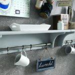 Věšet můžete kromě kuchyňského nářadí i hrníčky a nejrůznější dekorativní cedulky.