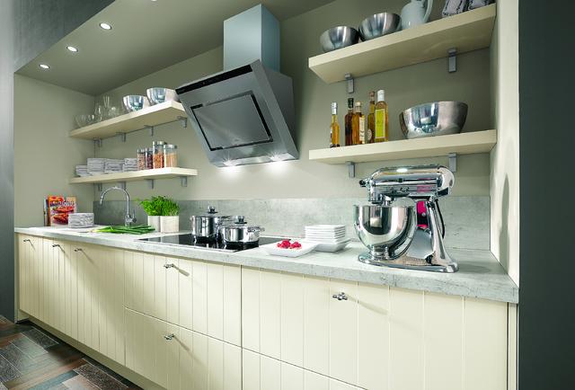 Kuchyně z programu Flair, přední MDF plocha s atypickým vertikálním frézováním, lak s matným vzhledem. Cena 15 999 Kč/bm včetně pracovní desky.