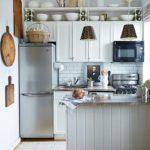 Barový pult zamezí přímému pohledu do kuchyně. Na první pohled není vidět nepořádek.