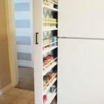 Některé výsuvné skříňky musíte nechat vyrobit na zakázku. V malé kuchyni se to rozhodně vyplatí.