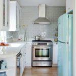 Běžnou kuchyni můžete vyšperkovat nepřehlédnutelnou chladničkou.