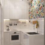 Bílá kuchyně malý prostor rozzáří. Aby nepůsobila fádně, ozdobte ji. Čím pestřejší dekorace, tím lépe.