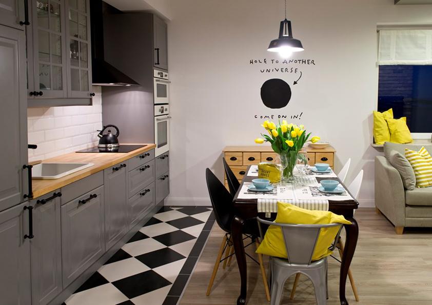 V tomto uspořádání bude potřeba, aby kuchyně byla stále uklizená. Jinak prostor bude působit chaoticky.
