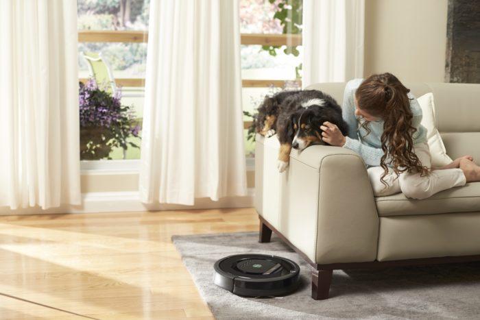 Robotický vysavač Roomba 886 vhodný pro úklid tvrdých podlah i koberců. Třístupňový čisticí systém AeroForce, akustická a optická detekce nečistot ad. Cena 18 989 Kč.