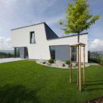 Kompozici hmoty domu podtrhuje i zakomponované uspořádání zahrady.