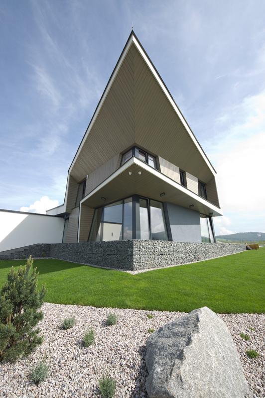 Kompozice domu svými výraznými vodorovnými prvky a uspořádáním fasád umožňuje neotřelé pohledy.