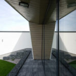 Efektní na fasádách domu je hra světla, stínu, zrcadlení a kompozice obkladů.